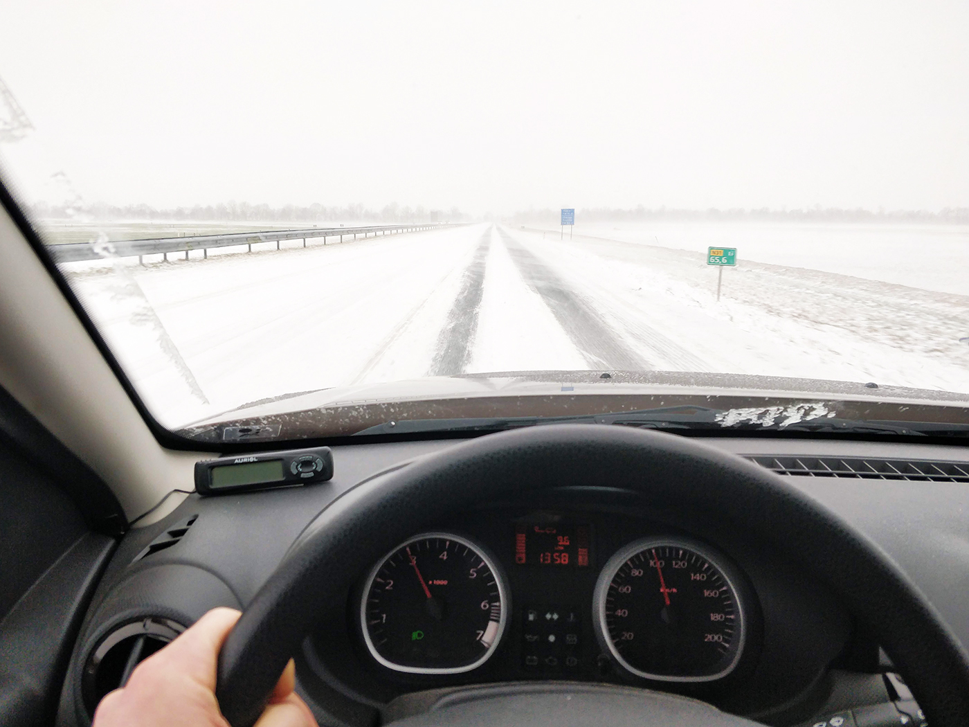 De weg is leeg en bedekt met sneeuw. On-Nederlands en even waan ik me in de poolcirkel. Heerlijk!